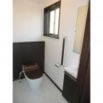 1階のお客様も利用するトイレはタンクレストイレ「アラウーノS」にしました。フタもダークブラウンにし、色の統一感を出しました。