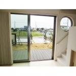 ウッドデッキのおかげで、大きな窓を開けるとリビングと庭が連続性のある空間になります。
