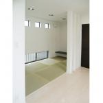リビングと隣接した4帖の畳スペース。奥にはカウンターを取り付け、書斎としても使えます。