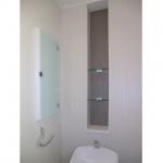 トイレのパイプスペースを活かし、飾り棚を製作。