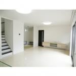 白を基調としたLDKです。リビング階段、畳スペースがアクセントになっています。