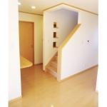 リビング階段にはアクセントに3連のニッチを作りました。奥の通路を明るくする効果もあります。