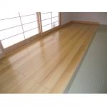 和室の一部を板の間に。木目が特徴的なピュアノーチェの床材を貼りました。